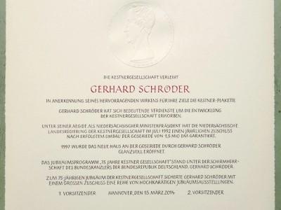 Verleihungurkunde fuer Altkanzler GerhardSchroeder