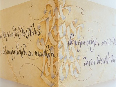 Wandgestaltung ueber Eck in Ocker und Blau