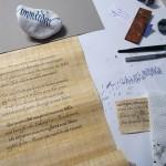 Papyrusrolle auf dem Arbeitsplatz