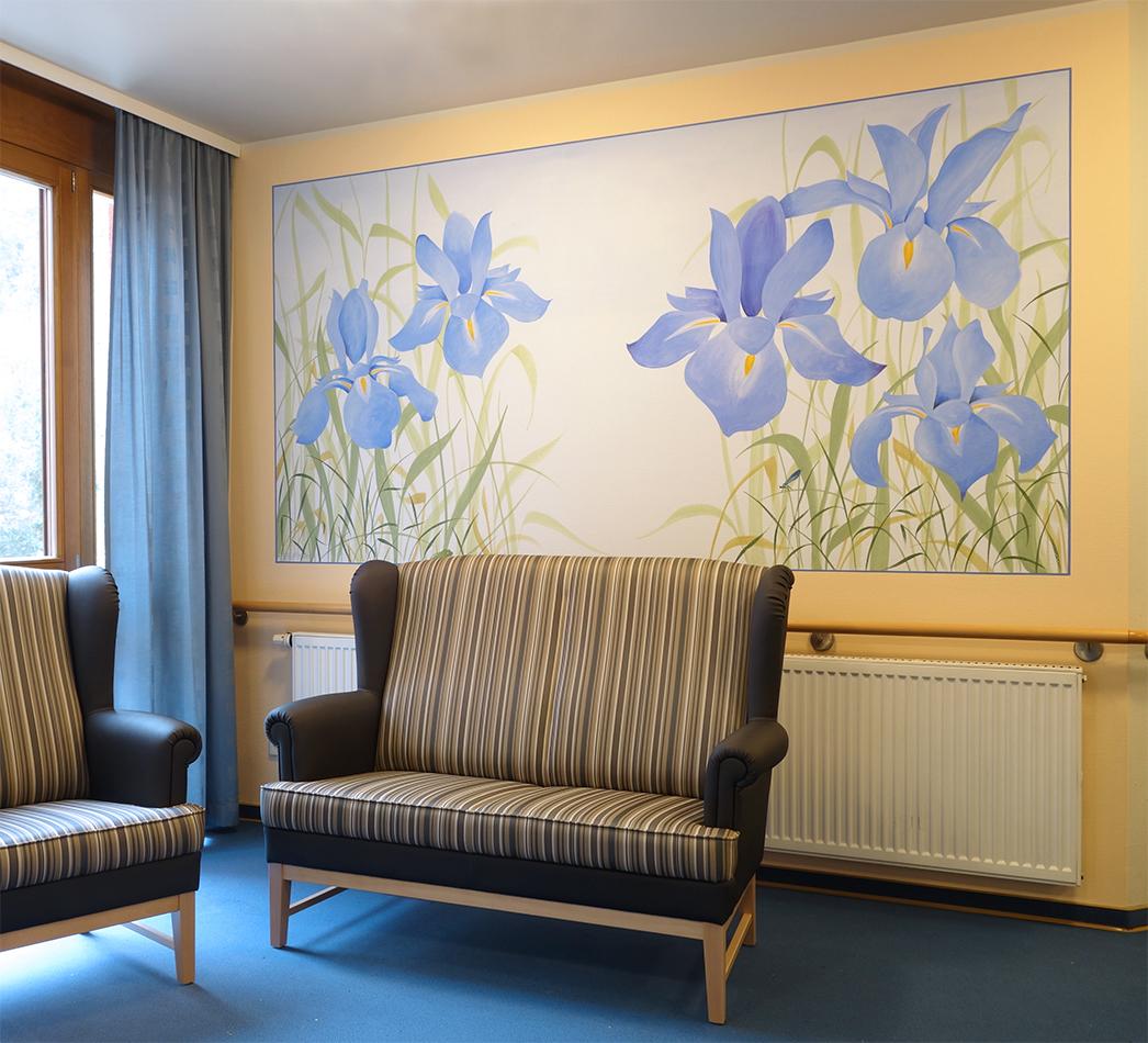 Blaue Schwertlilien, davor Sofa