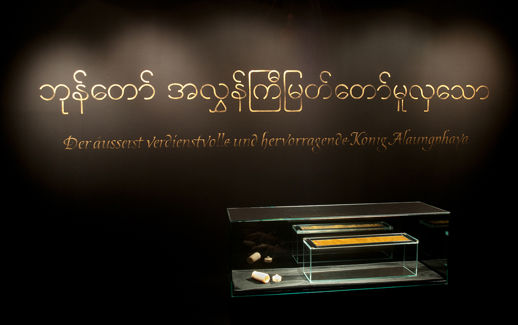 Kestnergesellschaft Kalligrafie Ausstellung Vitrine Goldener Brief