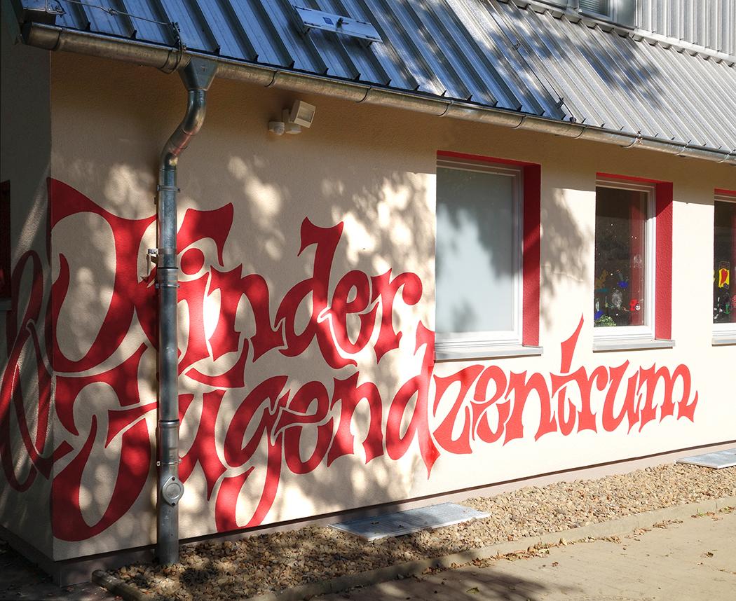 Rote Laibungen an Fassade