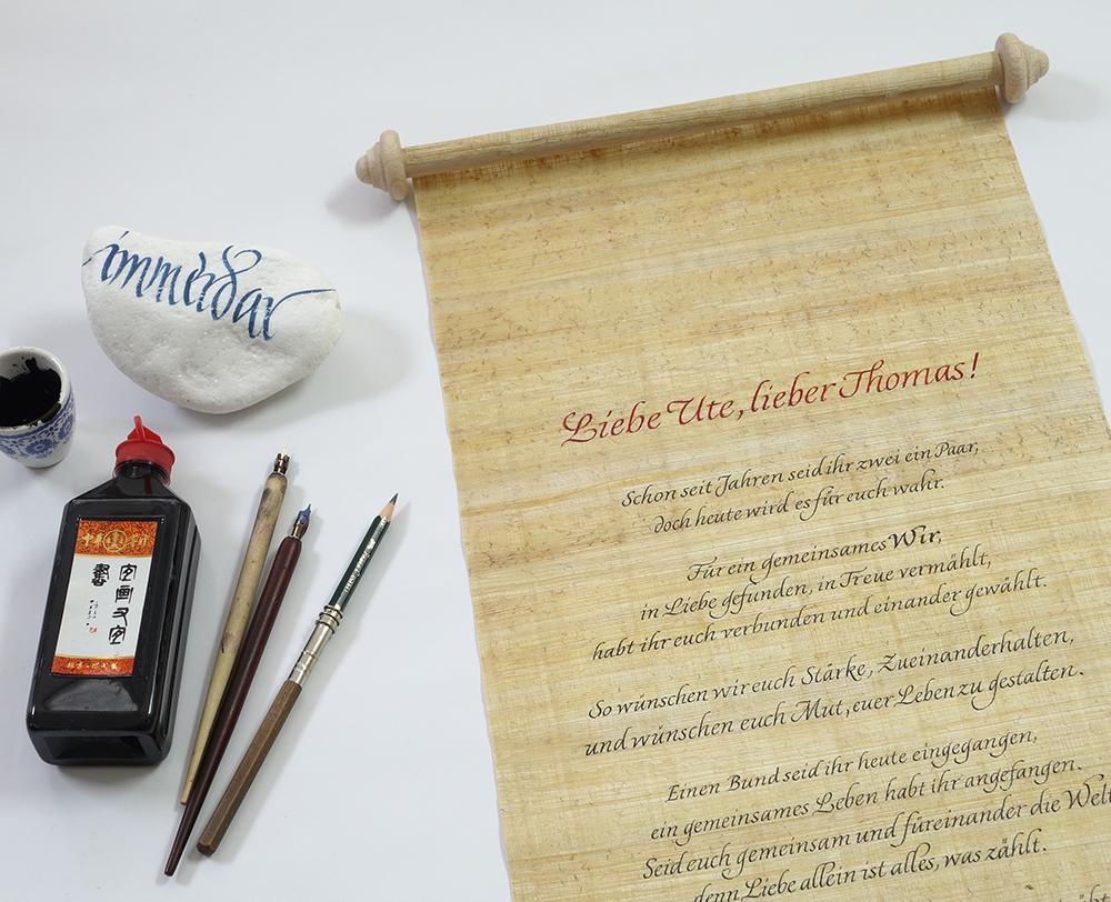 Papyrusrolle, Federhalter und Tusche